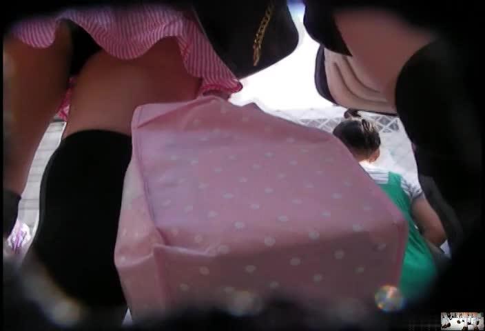 今どきの美少女達はミニスカすぎるw美脚の間から見える可愛いパンチラを逆さ撮りで盗撮しまくり!